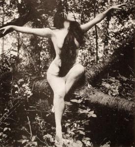 Annette_Kellerman_in_tree,_arms_spread