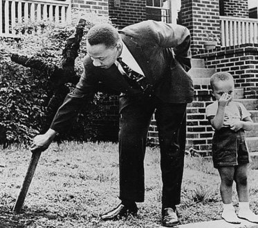 mlk-removing-burned-cross-from-his-yard-1960